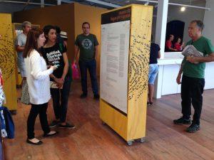 Foto de pessoas observando as instalações do Museu da Língua Portuguesa na Flip 2017